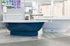 banho azul na loja banho do hite na loja da construção Banhos na loja do encanamento Loja da engenharia sanitária Banheiros branc fotografia de stock royalty free