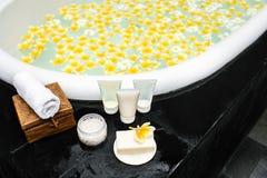 Banho com as flores amarelas nos tr?picos fotos de stock royalty free