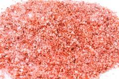 Banho cor-de-rosa de sal do mar fresco e limpo no fundo branco fotografia de stock