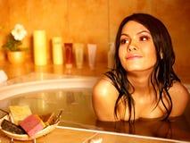 Banho de bolha da tomada da mulher. Imagem de Stock