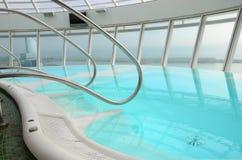 Banho de espuma da banheira de hidromassagem do Jacuzzi fora, conceito das férias de verão Fotografia de Stock Royalty Free