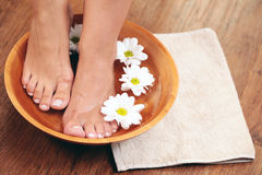 Banho de relaxamento com flores fotografia de stock royalty free