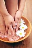 Banho de relaxamento com flores imagem de stock royalty free