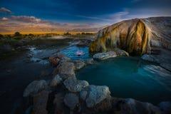 Banho de relaxamento no travertino Hot Springs Bridgeport Calif do nascer do sol Fotografia de Stock Royalty Free
