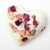 Banho de sal da bomba decorado com rosas secadas imagem de stock