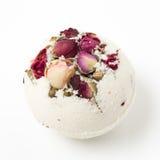 Banho de sal da bomba decorado com rosas secadas fotografia de stock