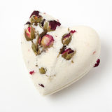 Banho de sal da bomba decorado com rosas secadas fotos de stock