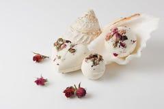 Banho de sal da bomba decorado com rosas secadas fotografia de stock royalty free