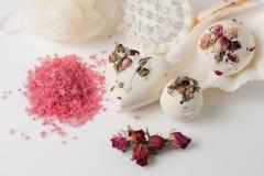 Banho de sal da bomba decorado com rosas secadas fotos de stock royalty free