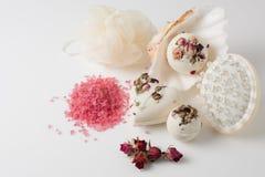 Banho de sal da bomba decorado com rosas secadas imagens de stock