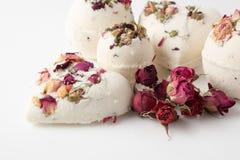 Banho de sal da bomba decorado com rosas secadas imagens de stock royalty free