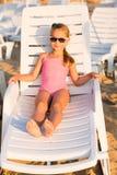 Banho de sol adorável da criança em uma praia Fotografia de Stock