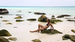 Banho de sol atrativo da mulher na água de cristal lindo, cambodia imagens de stock