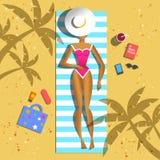 Banho de sol bonito da menina na praia Imagens de Stock Royalty Free