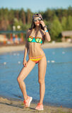 Banho de sol bonito de sorriso da mulher em uma praia Foco na menina Imagem de Stock