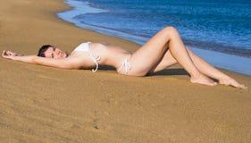 Banho de sol da jovem mulher Imagem de Stock