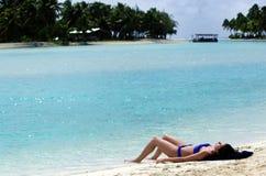 Banho de sol da jovem mulher no cozinheiro Islands da lagoa de Aitutaki Fotos de Stock Royalty Free