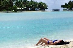 Banho de sol da jovem mulher no cozinheiro Islands da lagoa de Aitutaki Foto de Stock