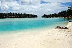 Banho de sol da jovem mulher no cozinheiro Islands da lagoa de Aitutaki Imagens de Stock Royalty Free