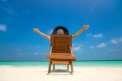 Banho de sol da jovem mulher no vadio na praia tropical imagem de stock