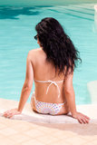 Banho de sol da menina na piscina Fotografia de Stock