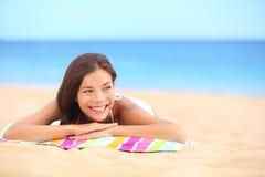 Banho de sol da mulher da praia do verão que aprecia o sorriso do sol Fotos de Stock