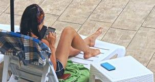 Banho de sol da mulher na cadeira pela associação vídeos de arquivo