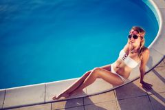 Banho de sol da mulher no verão no biquini imagens de stock