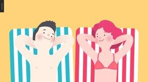 Banho de sol feliz dos pares na praia Fotos de Stock Royalty Free