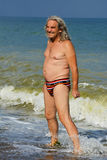 Banho de sol maduro do homem na praia do mar Fotografia de Stock Royalty Free