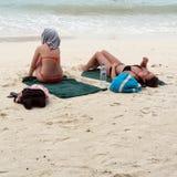 Banho de Sun da mulher na praia de Langkawi Fotografia de Stock Royalty Free