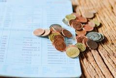 Banho do dinheiro e caderneta bancária de conta tailandeses da economia Imagem de Stock