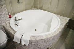 Banho do Jacuzzi no centro dos termas do hotel imagens de stock royalty free