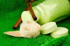Banho e esponja de sal na toalha Fotografia de Stock