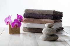 banho Eco-amigável ou lavagem caseiro da lavanderia com seixos do zen fotos de stock