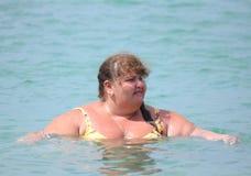 Banho gordo da mulher no mar Fotografia de Stock Royalty Free
