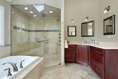 Banho mestre com chuveiro de vidro Fotografia de Stock