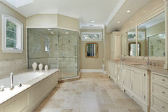 Banho mestre com o grande chuveiro de vidro foto de stock