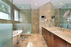 Banho mestre moderno com chuveiro de vidro