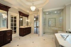 Banho mestre na HOME luxuosa foto de stock