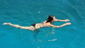 Banho na lagoa azul vídeos de arquivo