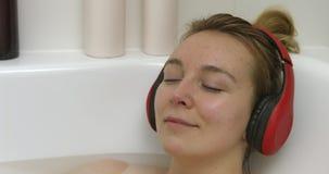 Banho quente e música de relaxamento vídeos de arquivo