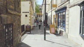 Banho, Reino Unido - 13 de maio de 2019: POV que anda ruas do centro da cidade do banho, destino turístico famoso, Unesco filme