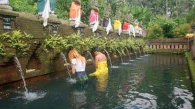 Banho ritual da purificação no templo do balinese video estoque
