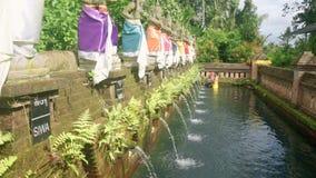 Banho ritual da purificação no templo do balinese filme