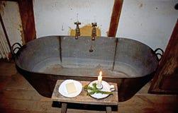 Banho velho da lata que foi usado se banhando nos dias idos perto fotos de stock royalty free