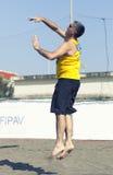 Banhoppning för boll för portion för spelare för manstrandvolleyboll Royaltyfri Fotografi