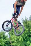 Banhoppning för cyklist för BMX-fristil tonårs- Royaltyfria Bilder