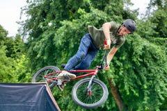 Banhoppning för cyklist för BMX-fristil tonårs- från ramp Fotografering för Bildbyråer