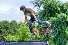 Banhoppning för cyklist för BMX-fristil tonårs- och rotera Royaltyfri Fotografi